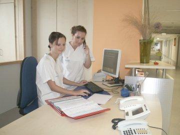Krankenpflege-Schülerinnen auf Station